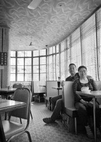 کافه میدو کافه میدو بهترین چشمانداز محلهی یائوماتی را دارد. وانگ سینگ فان کسبوکار را از پدرش به ارث برده که چایخانه یا چاچانتنگ را سال ۱۹۵۰ باز کرده بود.